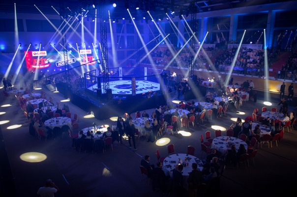 Lakssya prend des photos de gala de MMA